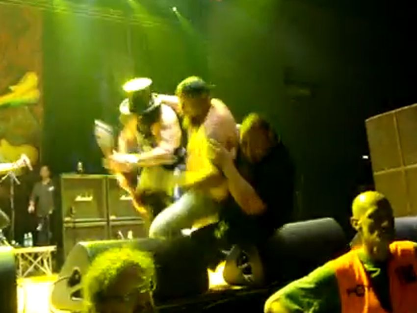 Slash Attacked On Stage In Italy But Keeps On Rockin