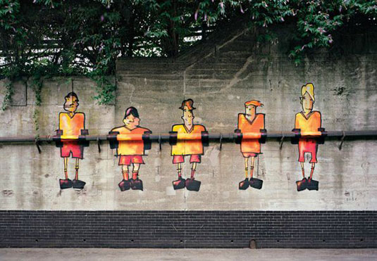 orange street art: fussball