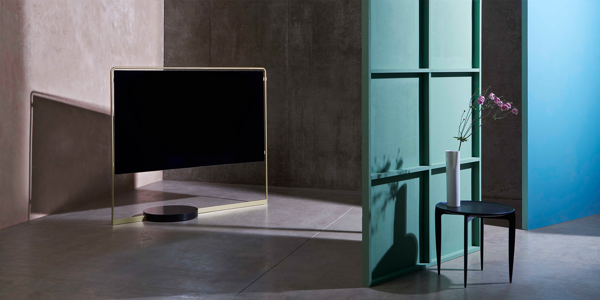 A photo of the Bild X TV by Loewe, which looks like a piece of modern art
