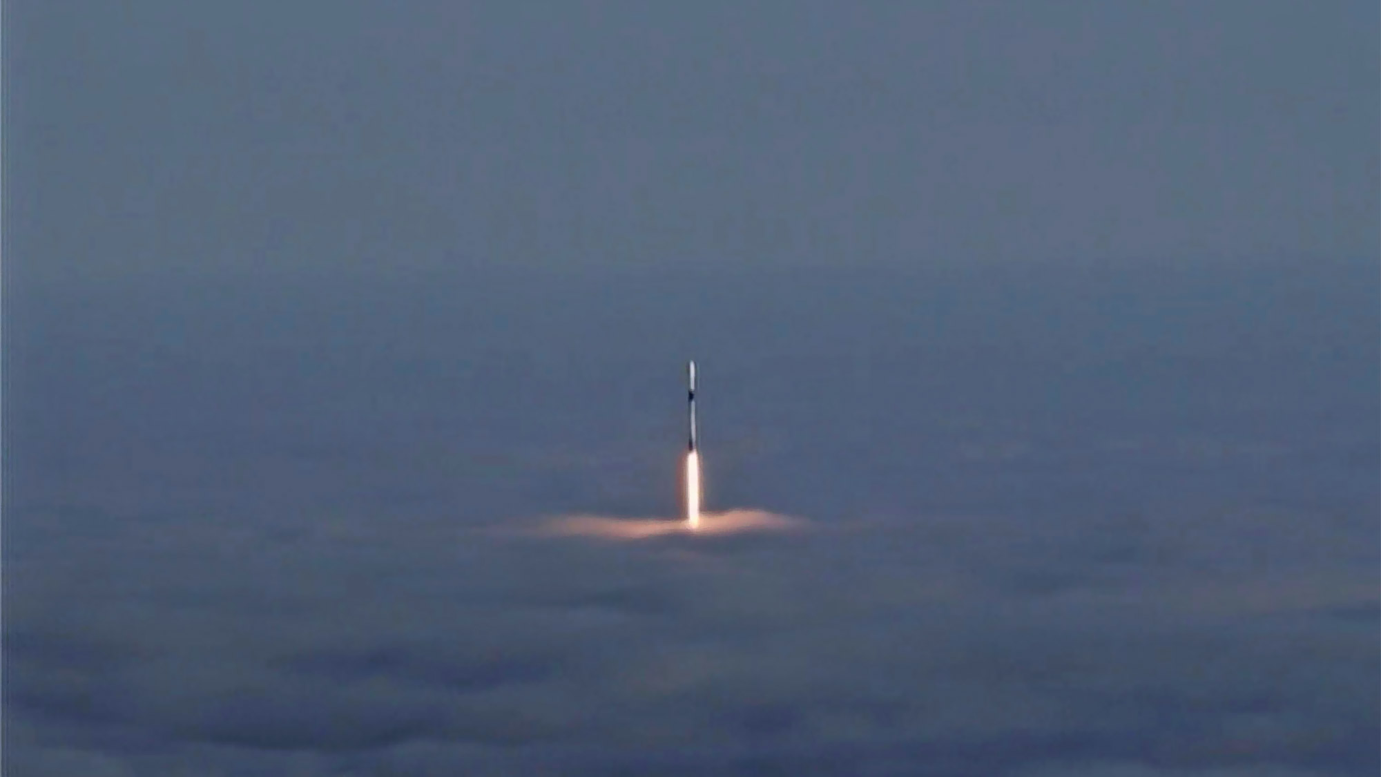 Out of the Fog: Amazing SpaceX Launch Photos of Canada's Radarsat Constellation