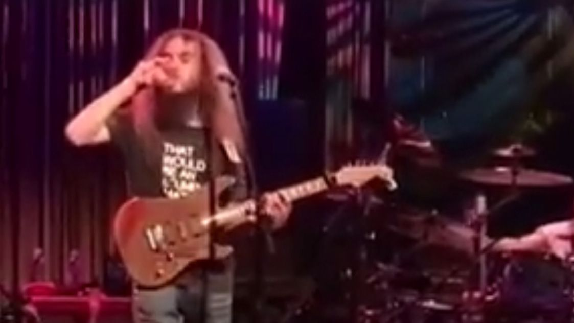 Watch Guthrie Govan play an unbelievable solo one-handed while drinking a glass of water