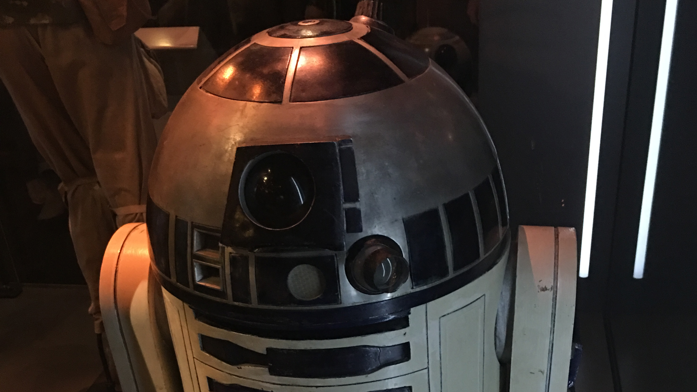 R2D2 - should not be able to fly