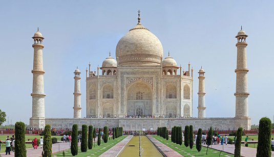 Famous buildings: Taj Mahal in Agra