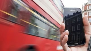 EE brings contactless smartphone payments to London buses