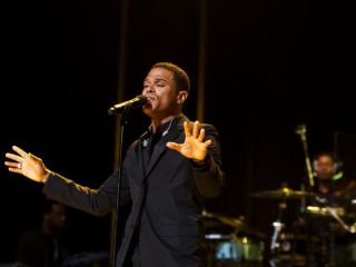 Maxwell in performance at the 2009 Essence Music Festival