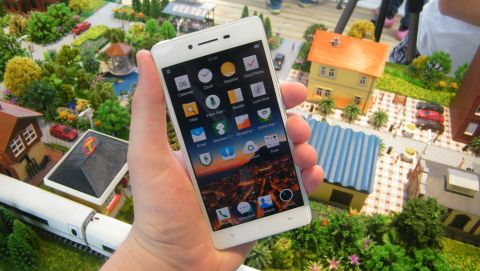 Oppo R7 in the hand
