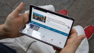 El Samsung Galaxy Z Fold 2 en las manos de alguien