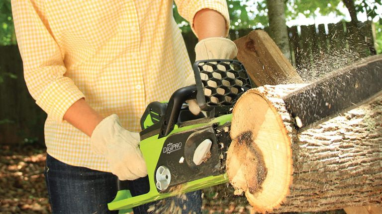 Greenworks G-MAX 40V 16-Inch Cordless Chainsaw, 4AH Battery and a Charger Included