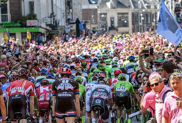 The huge crowd at the start of stage 3