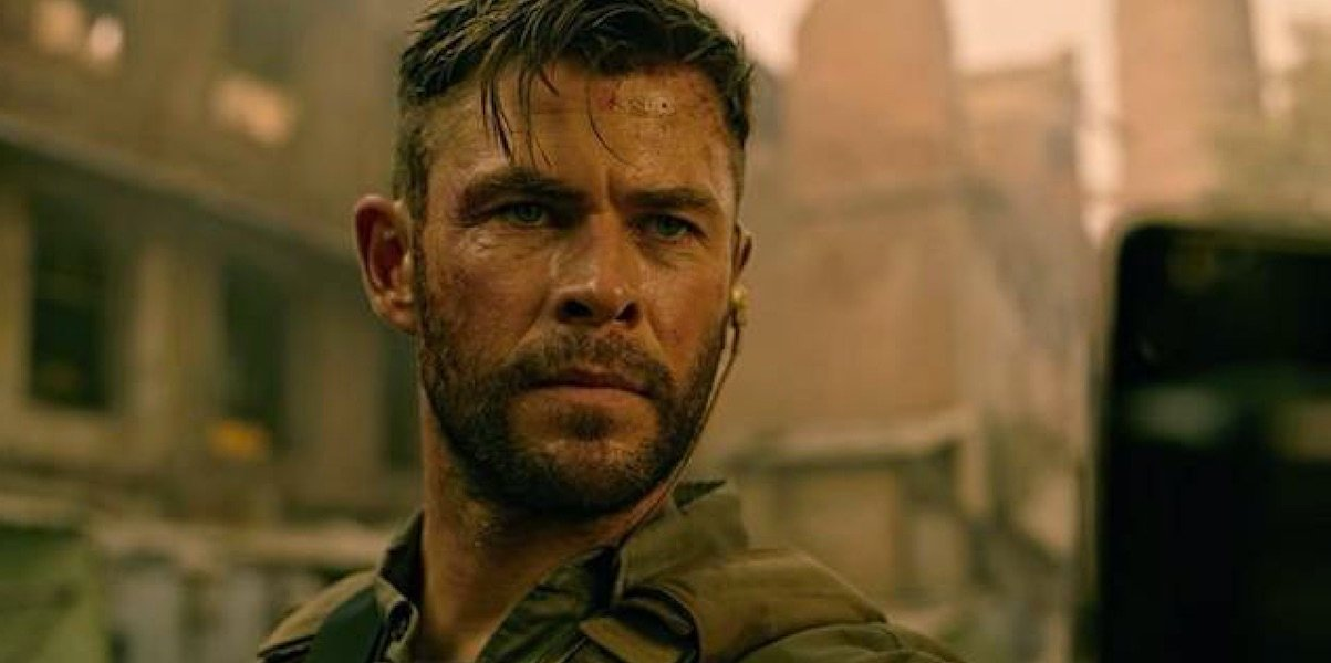 Extraction Chris Hemsworth bloodied and dirty