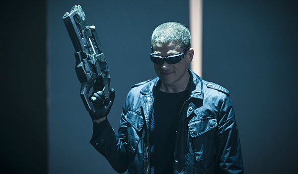 captain cold holding gun legends of tomorrow