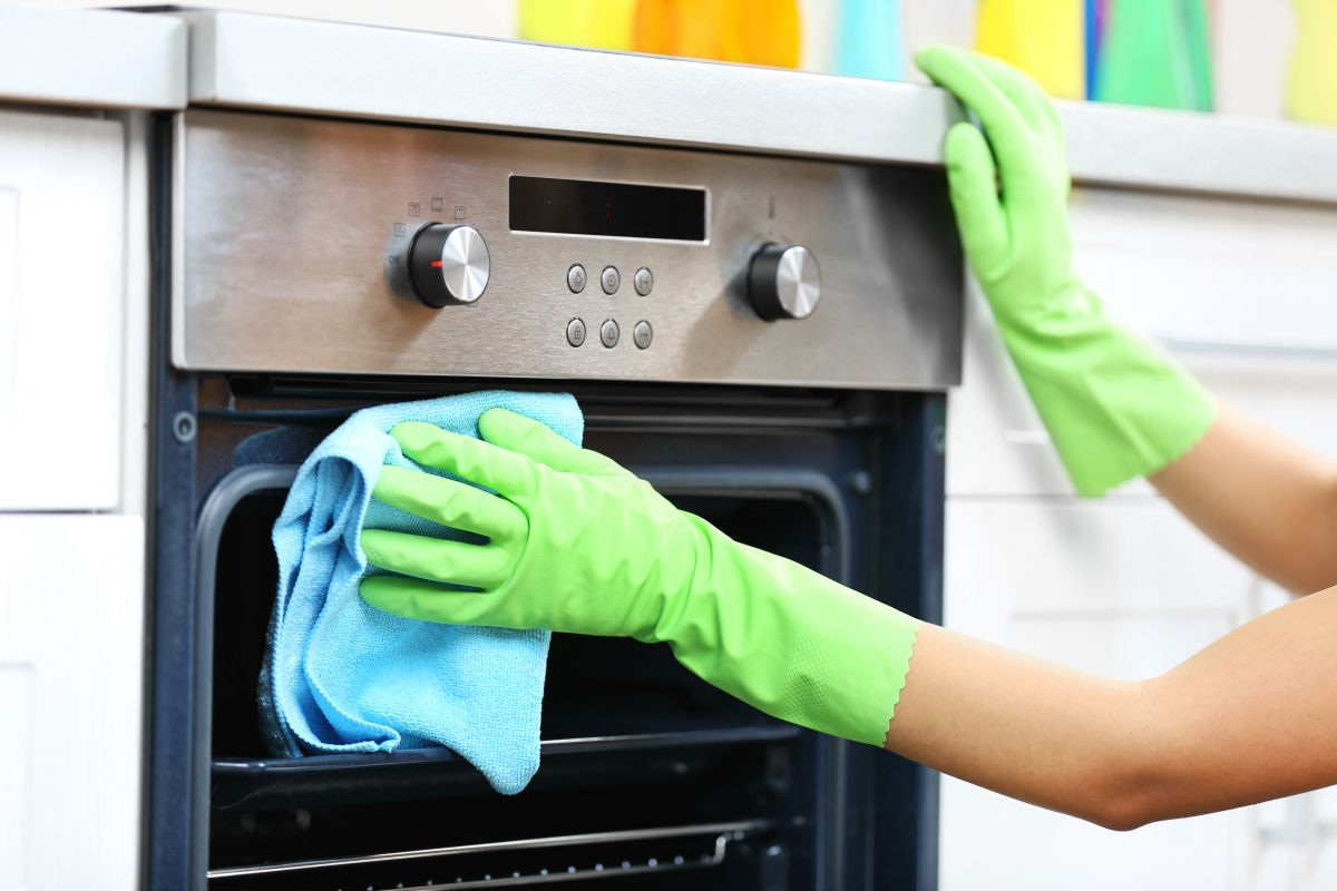 5 fast hacks to clean an oven – before Christmas