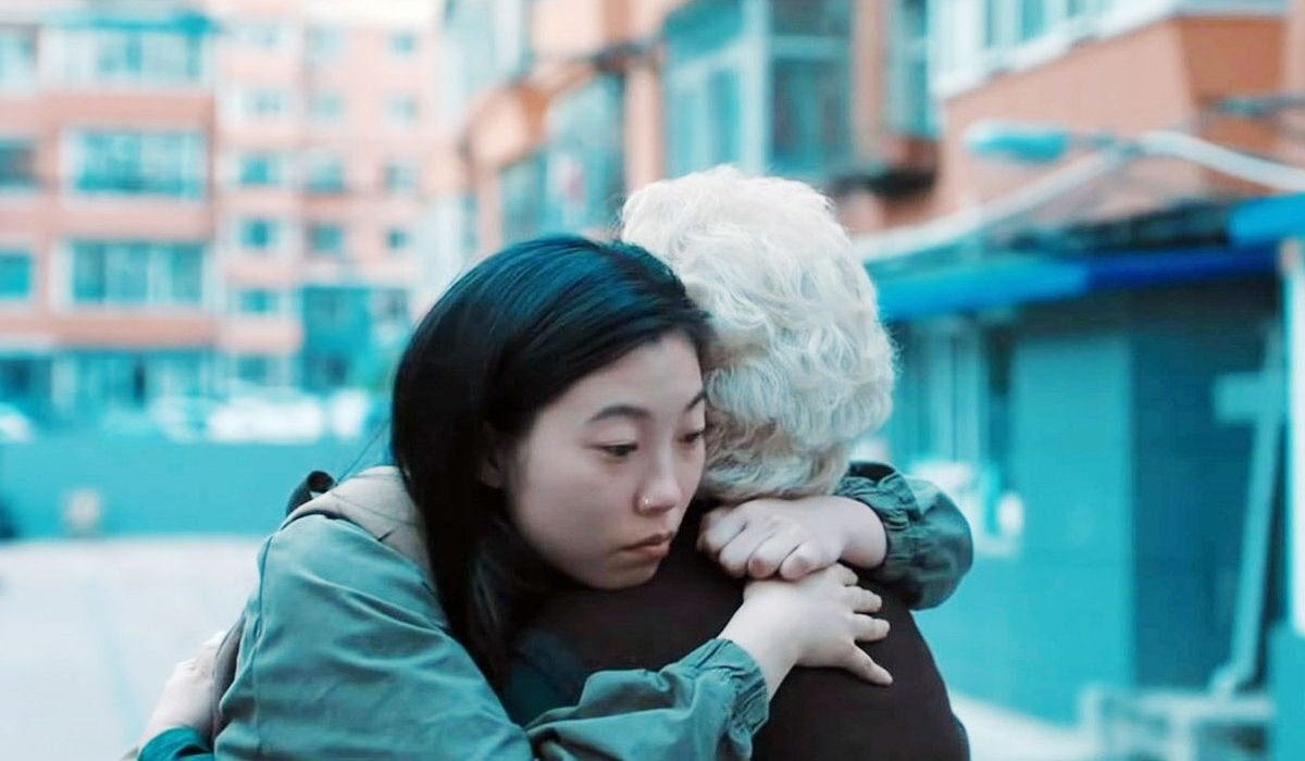 The Farewell Awkwafina hugs her on-screen grandmother