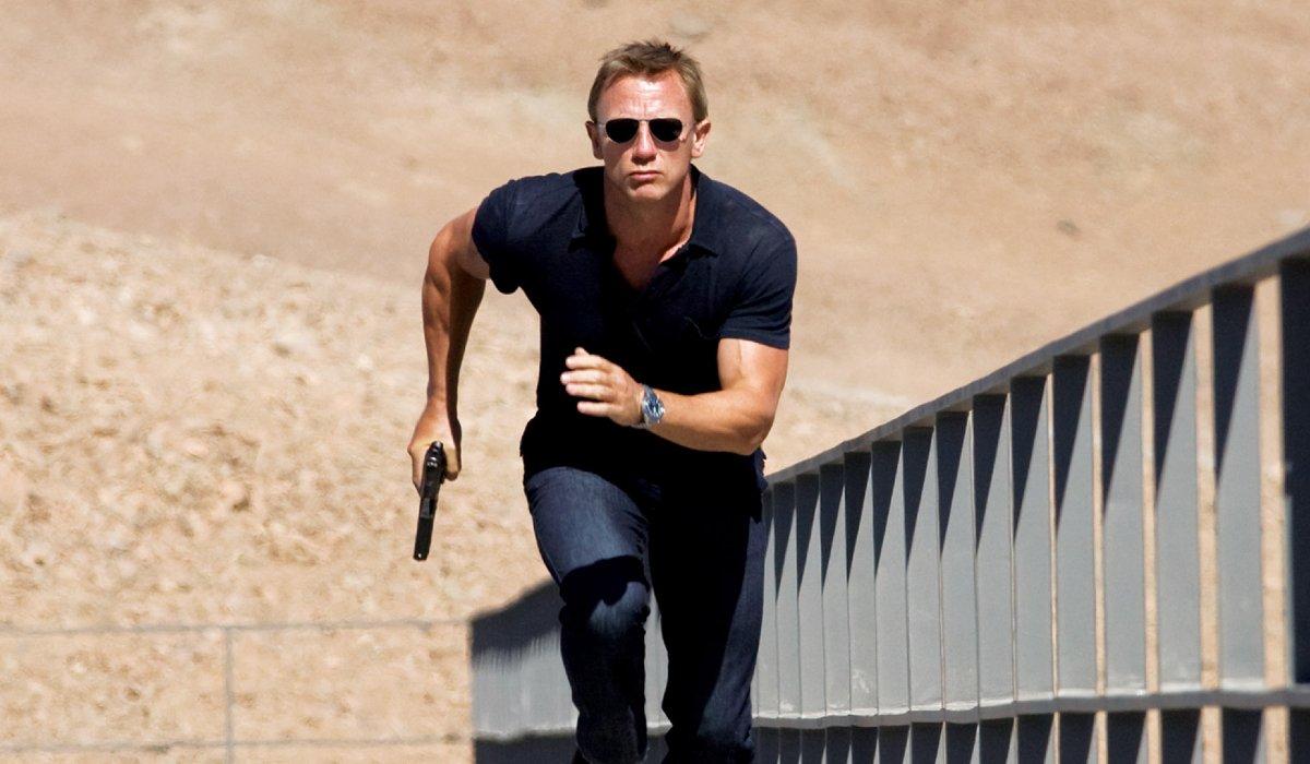 Quantum of Solace James Bond runs up a plank