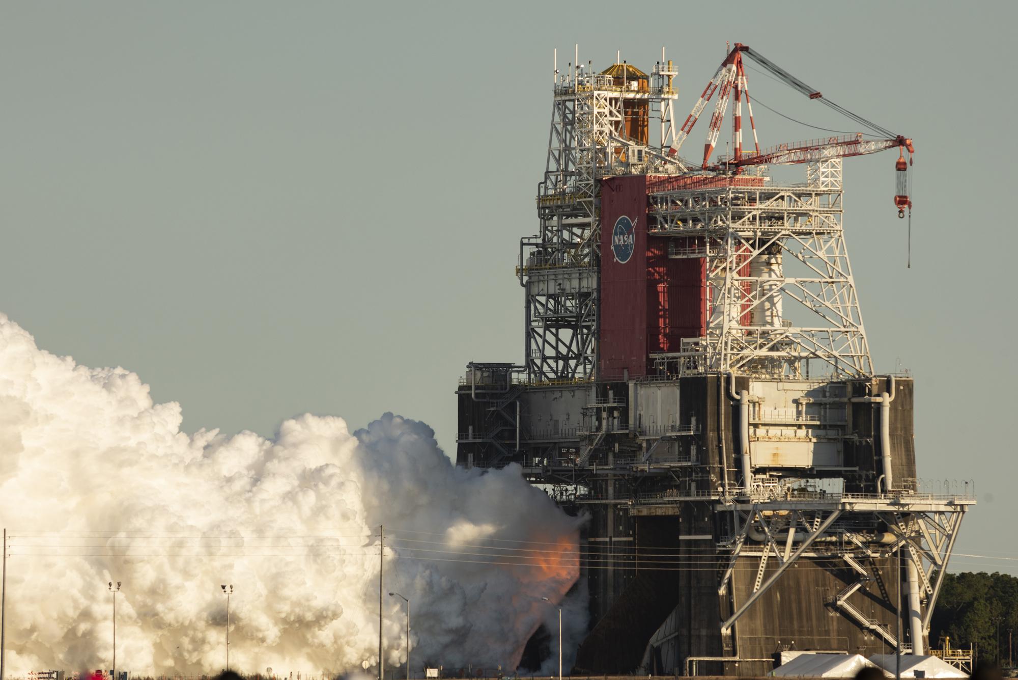 Le premier booster de base du système de lancement spatial de la NASA allume ses quatre moteurs principaux au Stennis Space Center près de Bay St. Louis, Mississippi, le 16 janvier 2020. Prévu pour durer 8 minutes, le test a duré un peu plus d'une minute.