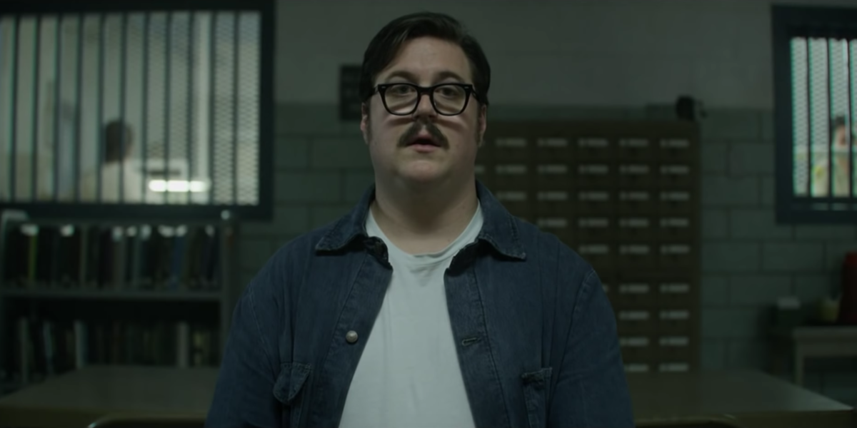 Edmund Kemper (Cameron Britton) sitting down for Holden and Bill's first interview