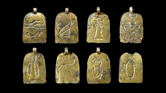 Amulets found in the burial.