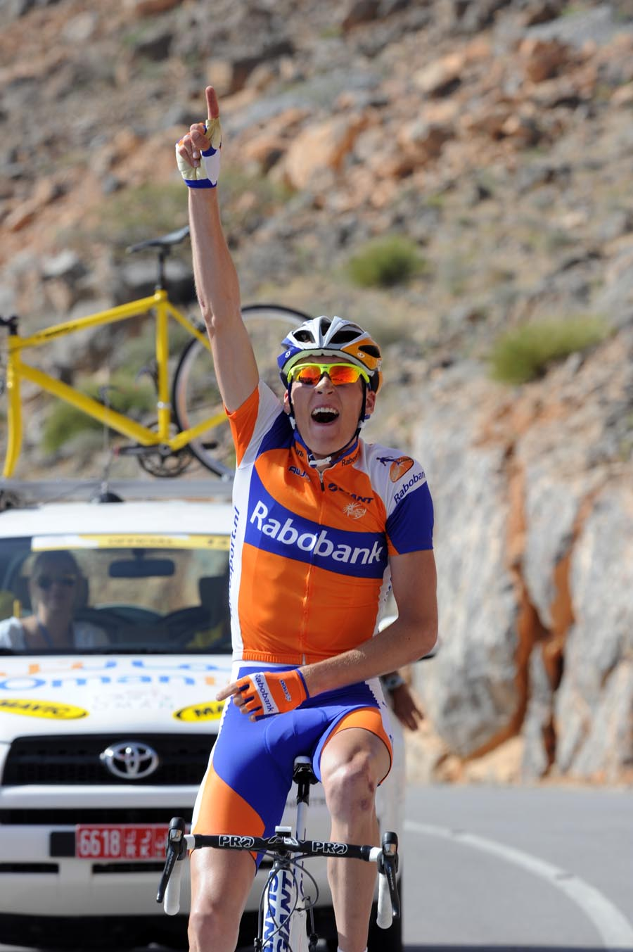 Robert Gesink wins, Tour of Oman 2011, stage four
