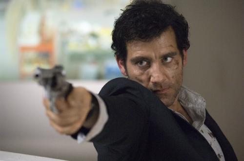 The International - Clive Owen's Interpol agent Louis Salinger gets the bad guys in his sights