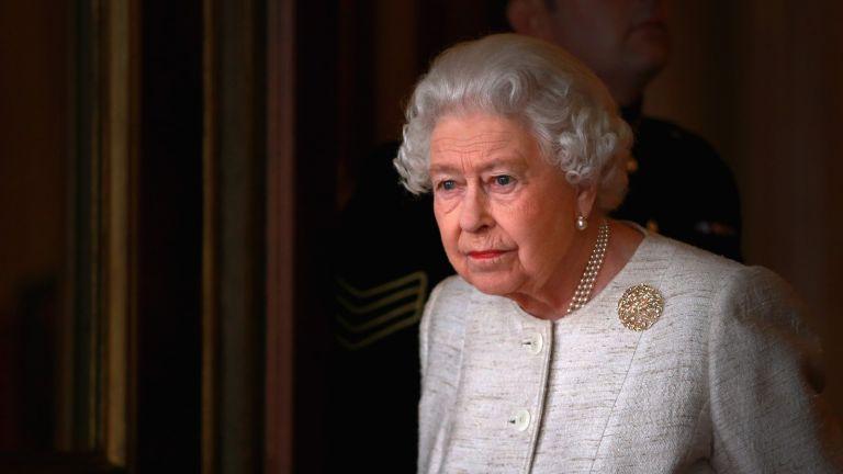 Queen Elizabeth II prepares to greet Kazakhstan President Nursultan Nazarbayev at Buckingham Palace on November 4, 2015