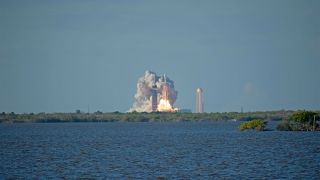 In Photos: The Amazing Triple Rocket Landing of SpaceX's Falcon Heavy Launch of Arabsat-6A