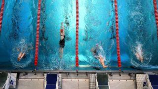 Athleten messen sich im Schwimmen des modernen Fünfkampfes