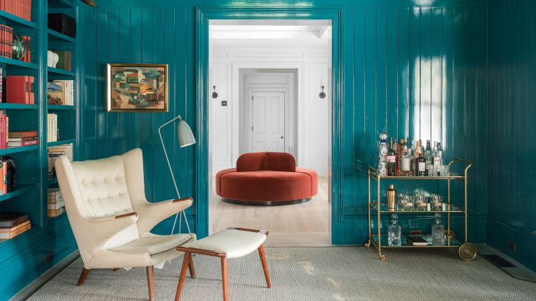 Blue living room with glossy panelled walls