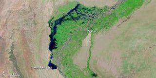 pakistan-flooded-river-110128-02