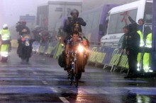 Roberto Heras (USPS) emerges from the fog to win the Angliru stage