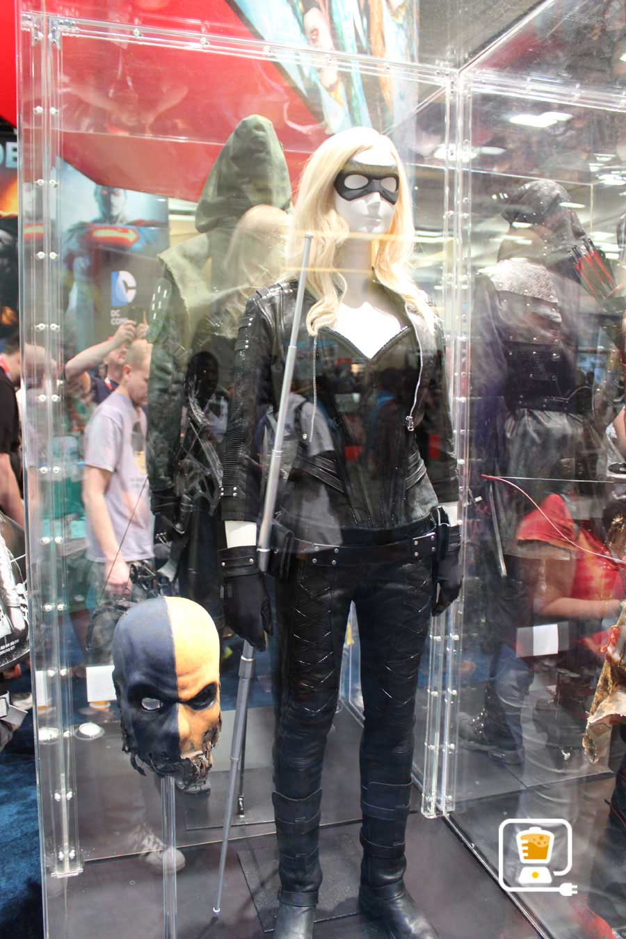 See Flash And Arrow's Amazing Costumes And Gadgets On Display At Comic-Con #32886