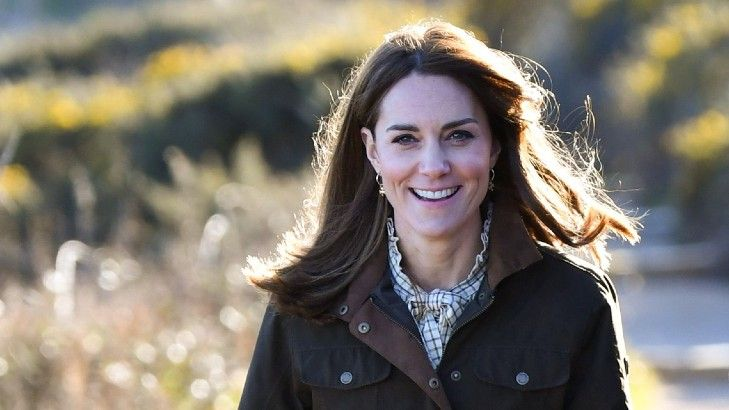 kate middleton walking in the countryside