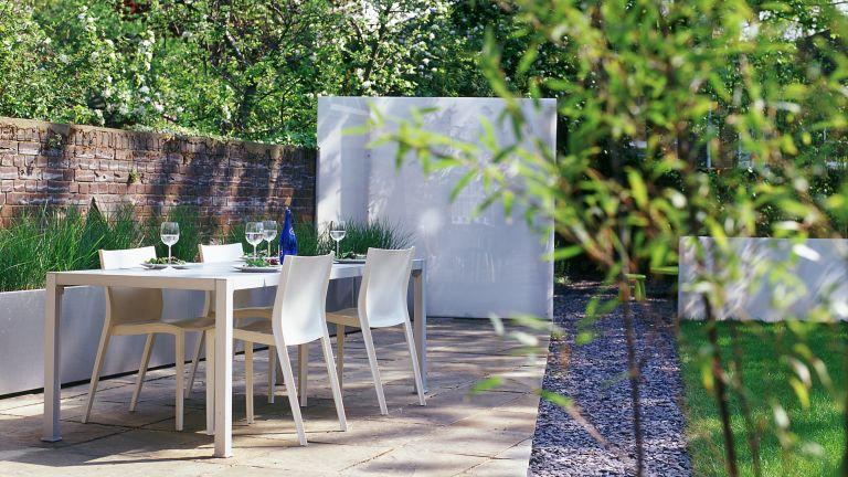 garden screening ideas: modern screen and seating area