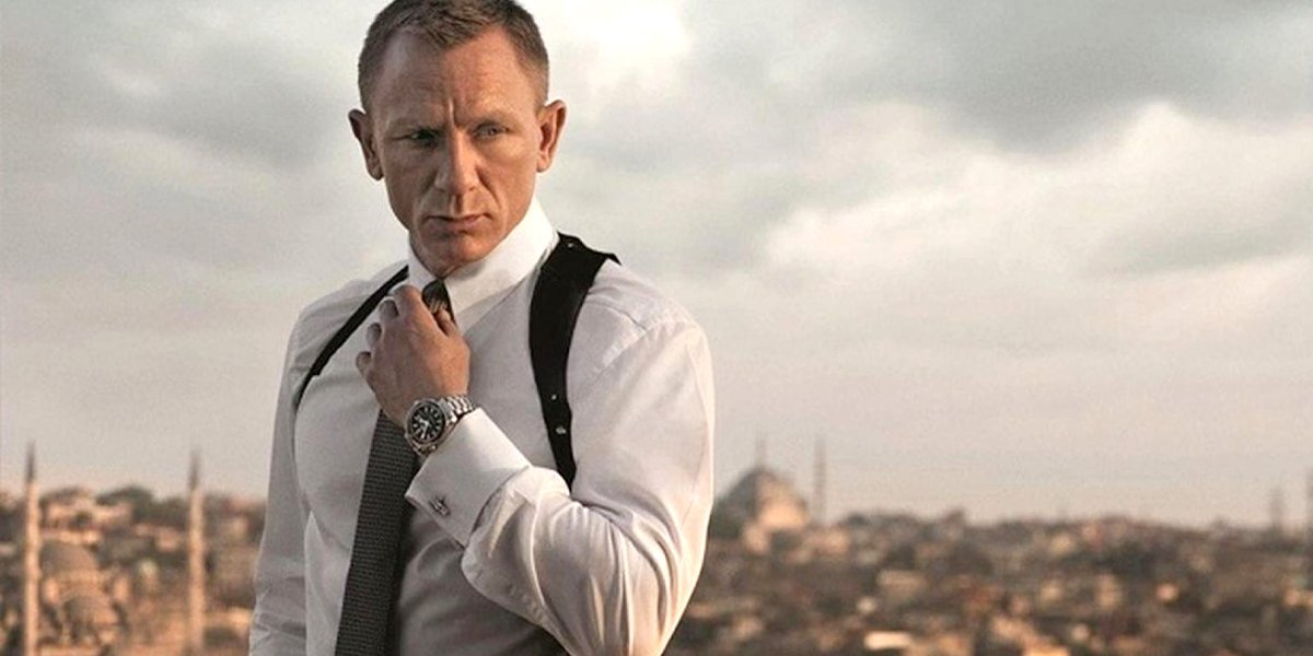 Daniel Craig adjusts tie shows off watch in Spectre