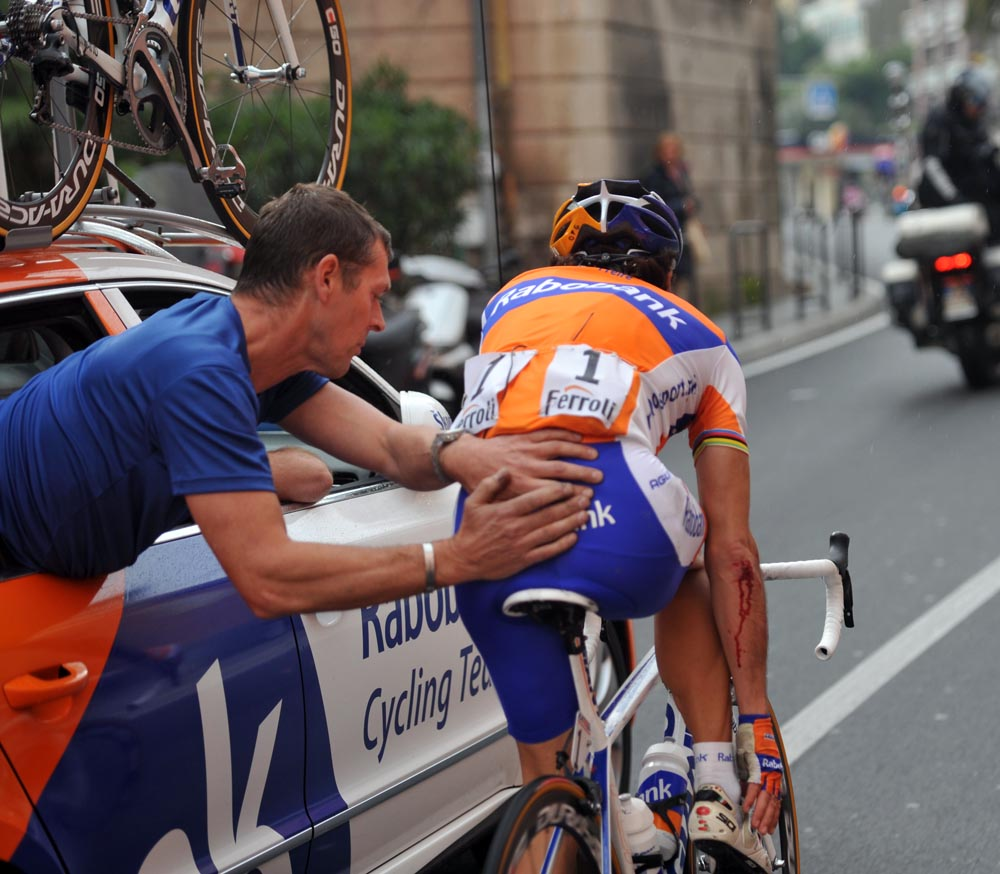 Oscar Freire injured after crash, Milan-San Remo 2011