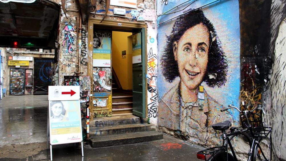 Haus Schwarzenberg Street Art Alley Anne Frank mural