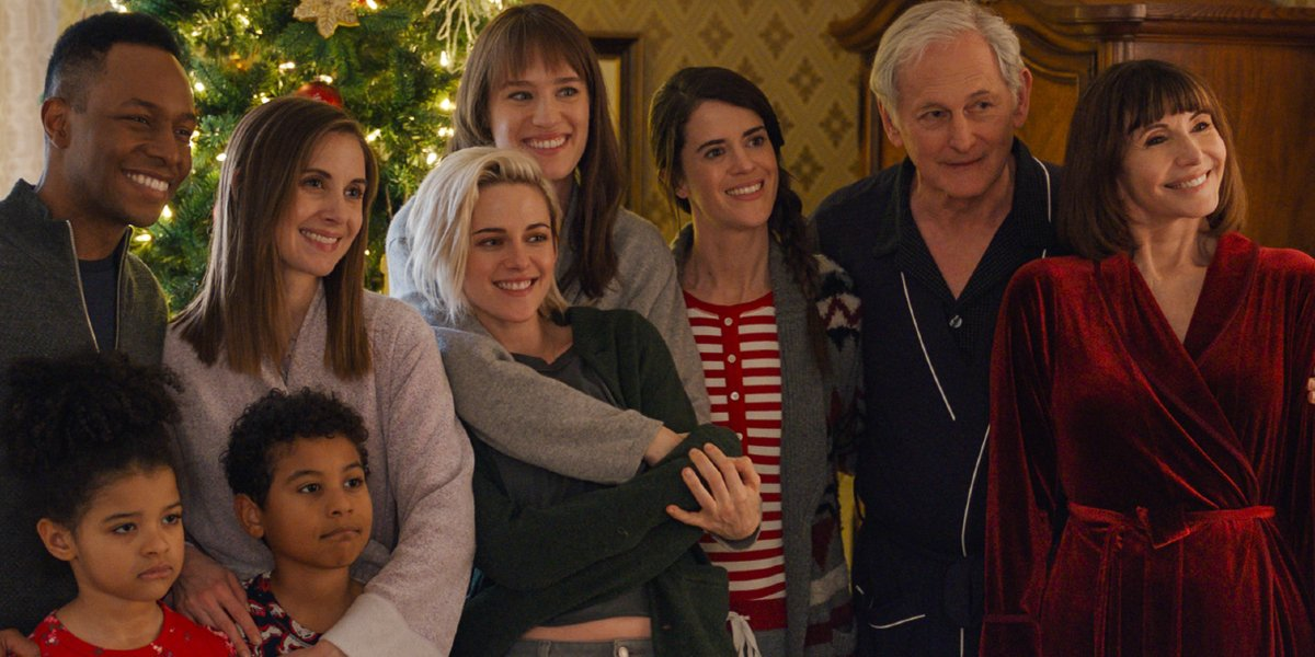 Happiest Season Kristen Stewart and Mackenzie Davis, at the center of the family on Christmas morning
