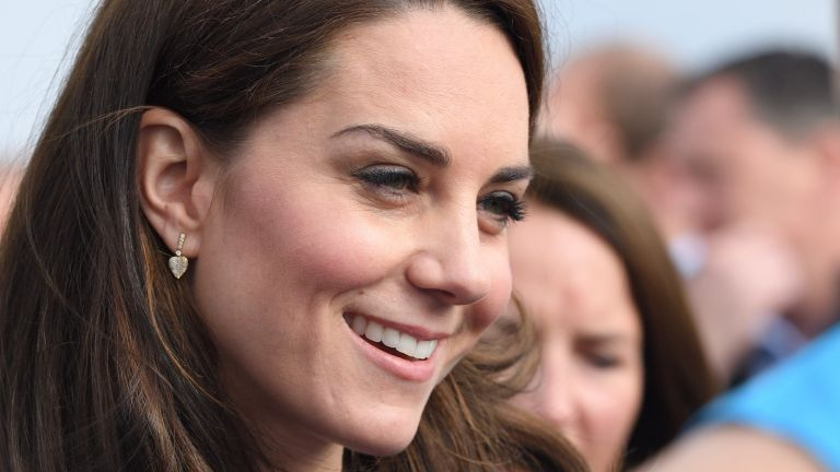 Kate Middleton earrings, Catherine, Duchess of Cambridge meets Heads Together runners in the Blue Start area as they prepare for the 2017 Virgin Money London Marathon on April 23, 2017 in London, England
