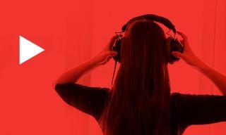 Kvinde med ryggen til kameraet lytter til musik