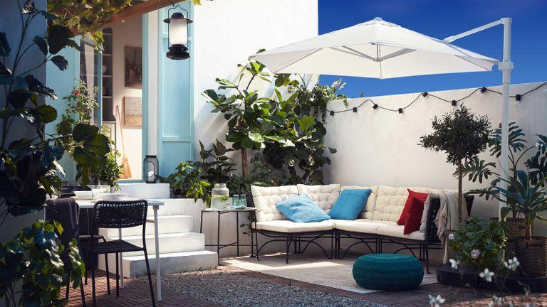 shade ideas for patios –corner sofa with ikea parasol on patio