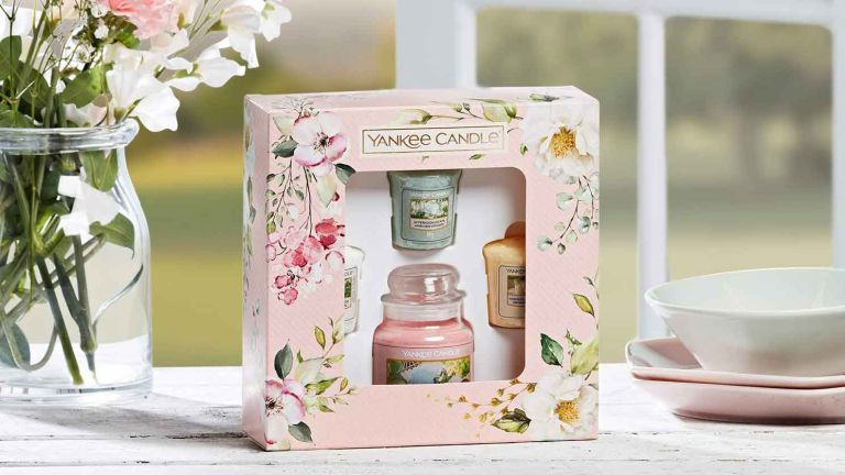 Yankee Candle Gift Set, 1 Small Jar Scented Candle & 3 Votive Candles, Garden Hideaway Collection