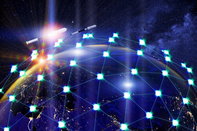 Una red de satélites asociados que orbitan la Tierra.  Concepto de servicio de internet satelital global 3D.