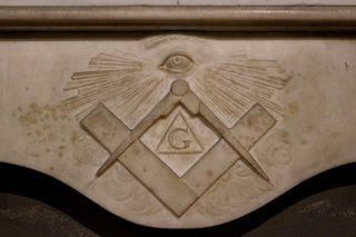 Το σύμβολο της πλατείας και της πυξίδας των Freemason.