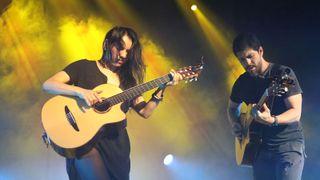 Rodrigo y Gabriela cover Metallica's The Struggle Within