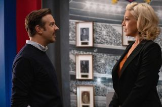 Jason Sudeikis (l.) and Hannah Waddingham in Ted Lasso