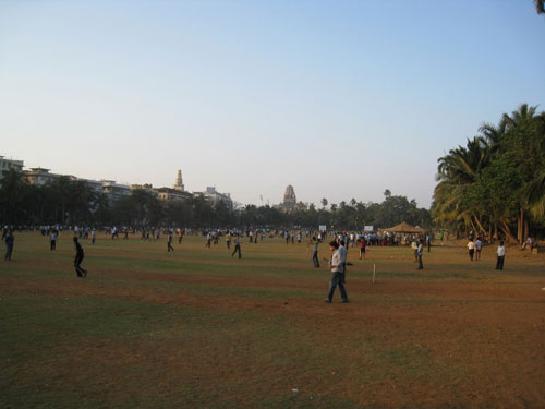 Indians play cricket in nearby park, Tour de Mumbai 2011