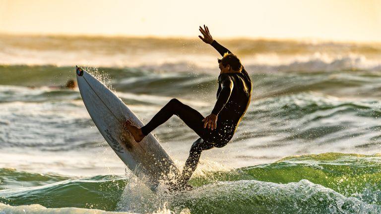 best beginner surfboard: surfer wiping out