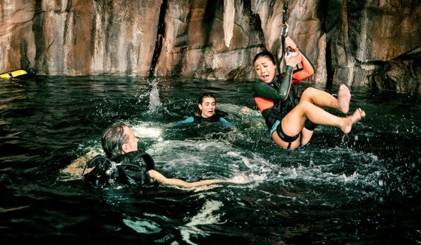 47 Meters Down: Uncaged a group of swimmers frightened in an underwater cave