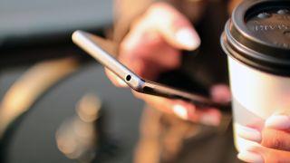 Persona con un smartphone