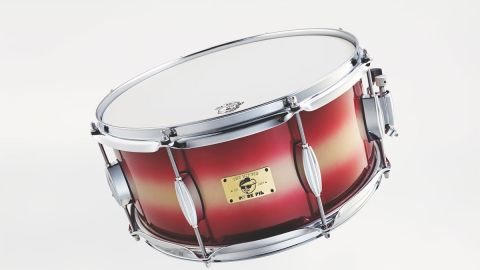 Drums are constructed from eastern mahogany and feature a two-tone high-gloss lacquer finish