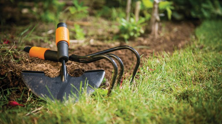 how to get rid of weeds with Fiskars' garden weeding tools